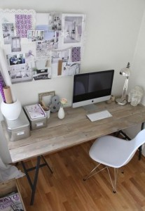 I love the use of white and then a splash of colour to make it more vibrant. The lilac colour is very soft visually with the white combination. to balance that out, a rough wooden table top was added. There is great harmony of all the accessories, colours and textures together in such a small- spaced office.
